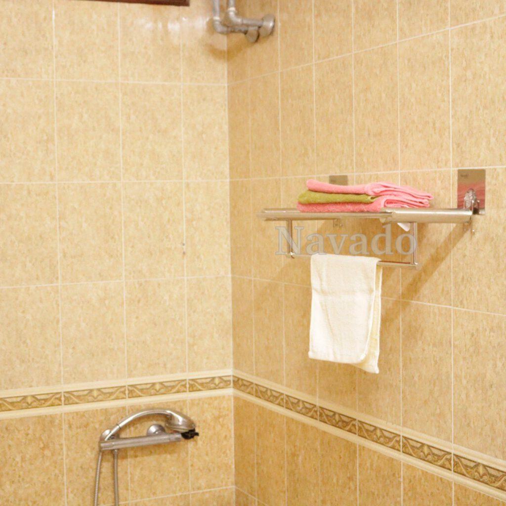 Cách trang trí phòng tắm với kệ đựng đồ